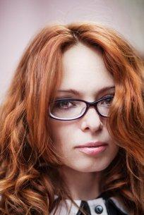 ruda kobieta w okularach